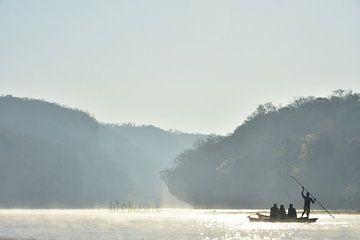 Ochtendnevel op de Manambolo rivier  van Esther van der Linden