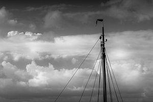 Minimalisme, de mast van een zeilschip in zwart wit van Margreet van Tricht