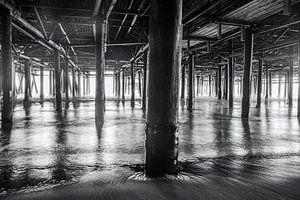 Prachtig lijnenspel gevormd door de pilaren van de Santa Monica pier