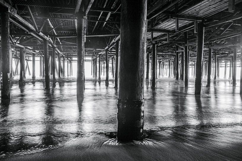 Prachtig lijnenspel gevormd door de pilaren van de Santa Monica pier van Retinas Fotografie