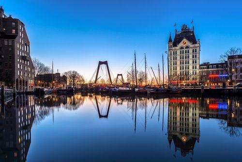 Oude haven in het blauwe uur van