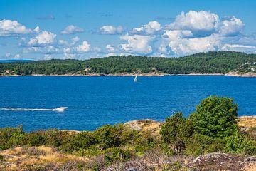 Landschap met boten op het eiland Merdø in Noorwegen van Rico Ködder