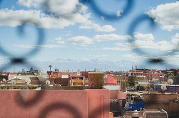Marrakech mit Blick auf das Atlasgebirge von Vera van den Bemt