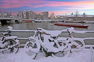 Zonsondergang in besneeuwd Amsterdam