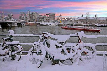 Zonsondergang in besneeuwd Amsterdam van Nisangha Masselink