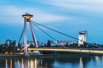 Pont sur le Danube avec restaurant OVNI à Bratislava, Slovaquie sur Gunter Kirsch