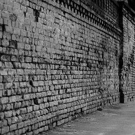 Oude straat in Riga zwart / wit van Manon Ruitenberg