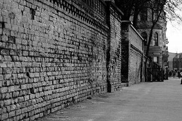 Alte Straße in Riga schwarz / weiß von Manon Ruitenberg