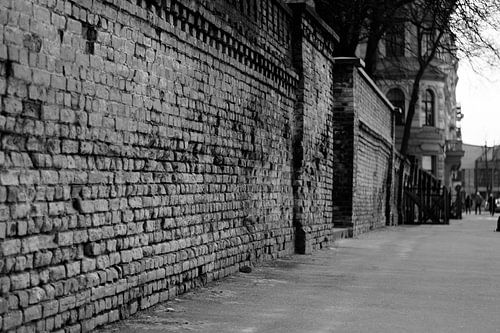 Vieille rue à Riga noir / blanc sur Manon Ruitenberg