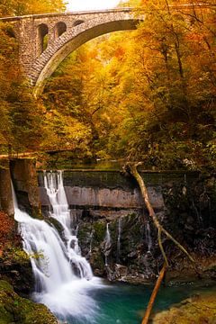 Wasserfall und ein Zugviadukt in einer Schlucht im Herbst von iPics Photography