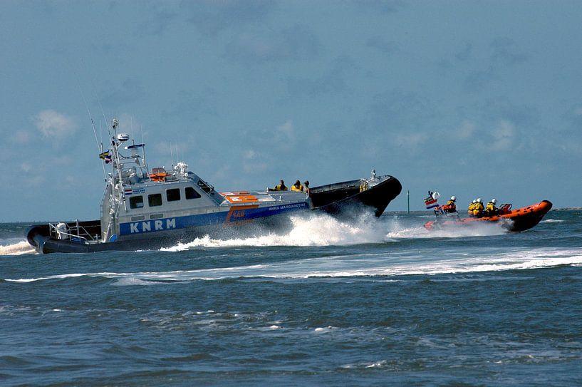 KNRM in actie op zee voor Ameland. van Brian Morgan