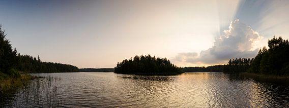 Stralende zon boven gouden meer