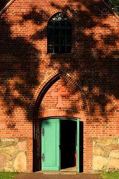 Evening sun on a small red brick church van Gisela Scheffbuch