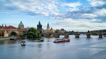 Vltava rivier en Karelsbrug in Praag van Heiko Kueverling