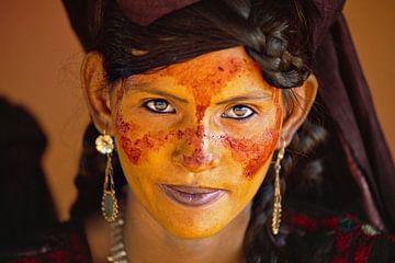Niger, in Agadez. Wüste Sahara. Air-Gebirge. Tuaregfrau für Hochzeit geschminkt.