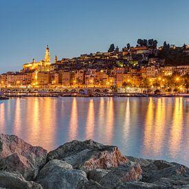 Menton sur la Côte d'Azur en soirée sur Michael Valjak