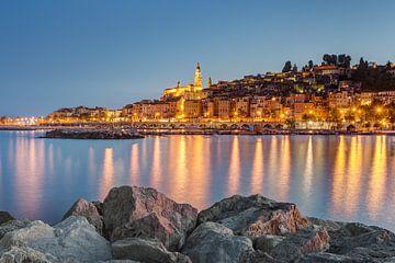 Menton aan de Côte d'Azur in de avond van Michael Valjak