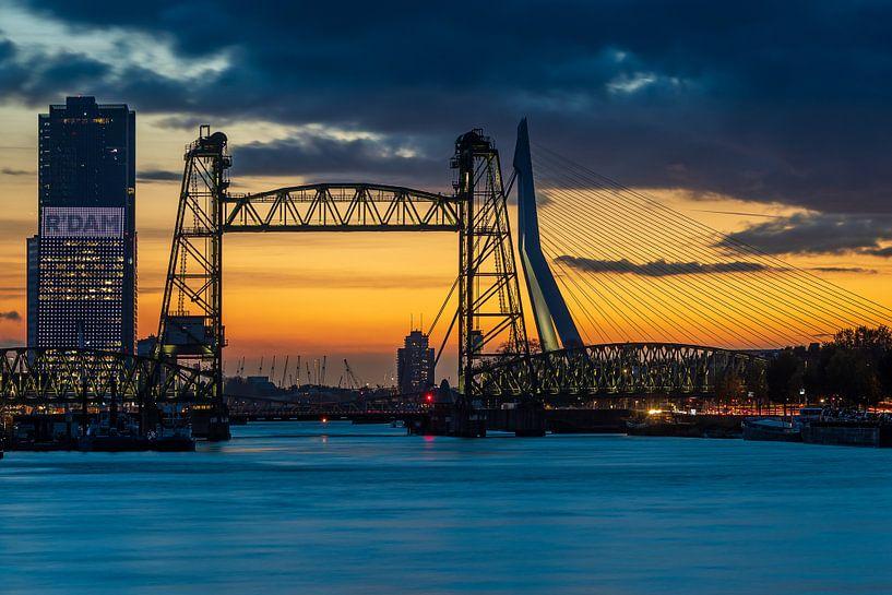 De Hef en de Erasmusbrug in Rotterdam bij zonsondergang van Pieter van Dieren (pidi.photo)