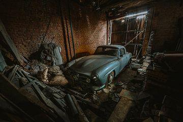 Verlaten Benz in schuur. van Maikel Claassen Fotografie