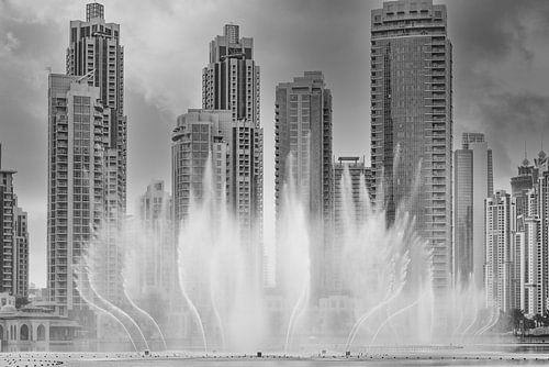 Tanzende Springbrunnen mit Wolkenkratzern im Hintergrund in Dubai