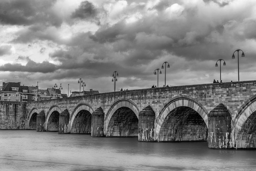 Zwart wit foto van de Sint-Servaasbrug in Maastricht