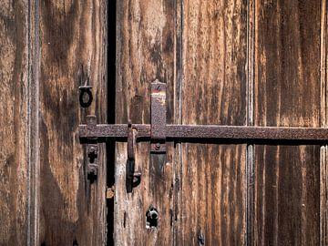 Vieille porte avec serrure rouillée sur Art By Dominic