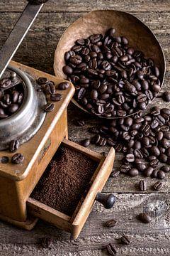 alte Kaffeemühle mit Kaffeebohnen von Jürgen Wiesler