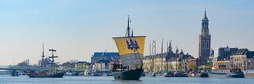 Historisches Repliksegelboot Kamper Kogge verlässt die Hanse-Stadt Kampen von