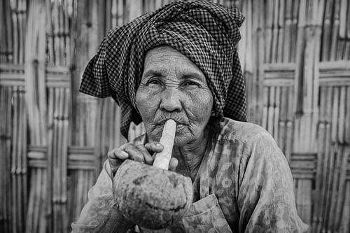Cheroot rokende oude vrouw in  Inle. Wout Kok One2expose van