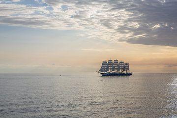 Viermaster zeilboot voor kust van Alghero, Italie van Joost Adriaanse