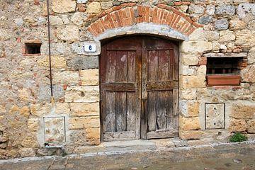 oude deur in Monteriggioni van Hanneke Luit