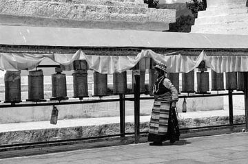 Traditionele Tibetaanse vrouw zwart-wit van