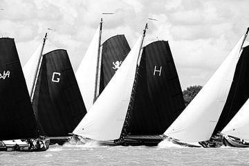 Skûtsje klassieke Friese Tjalk-zeilschepen tijdens het jaarlijkse Skûtsjesilen van Sjoerd van der Wal