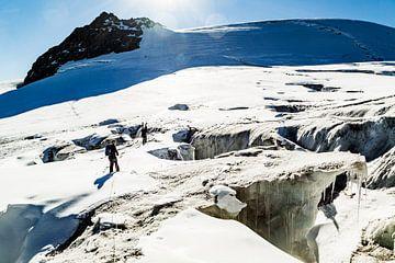 Avontuurlijke tocht over gletsjerspleten in de alpen. Bergbeklimming 2018 van Hidde Hageman