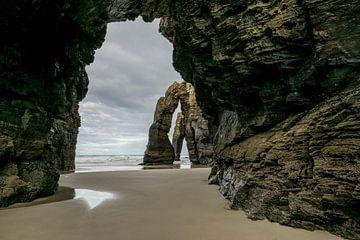 Felsformationen, die an Kathedralenbögen auf der Playa de las Catedrales erinnern. von Arina Keijzer