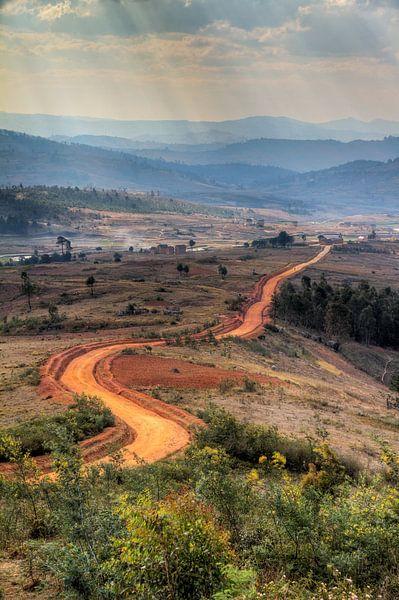 Zandweg in Madagaskar van Dennis van de Water
