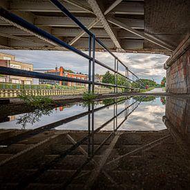 foto met reflectie van de oude brug over de rivier Leie in Menen, Westvlaanderen, Belgie van Krist Hooghe