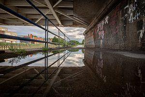 foto met reflectie van de oude brug over de rivier Leie in Menen, Westvlaanderen, Belgie van