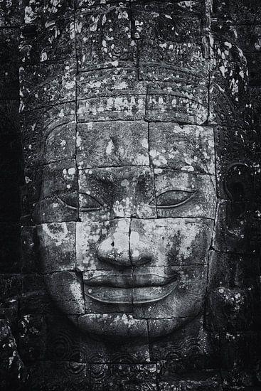 Sculptuur van Budha  in de ruines van Angkor Wat One2expose van Wout Kok
