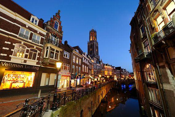 De Vismarkt in Utrecht met de Dom op de achtergrond (1) van Donker Utrecht