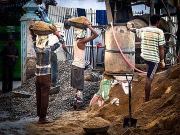 Nepalese Bouwvakkers in de straten van Kathmandu van Rik Pijnenburg