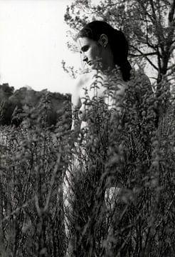 Jonge vrouw half bedekt naakt in de natuur. van Cor Heijnen