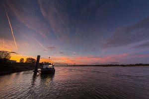 Zonsondergang boven de river de Waal, Nijmegen van