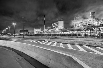 Petrochemie-Produktionsanlage in der Nacht in der Nähe einer Straße, Antwerpen von Tony Vingerhoets