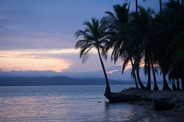 Zonsondergang op tropisch strand in Panama van Michiel Dros