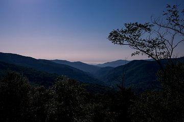 Zonsopkomst in een mooi berglandschap. van André Dijkshoorn