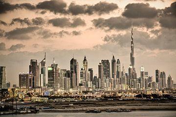 Skyline van Dubai met Burj Khalifa van Frans Lemmens