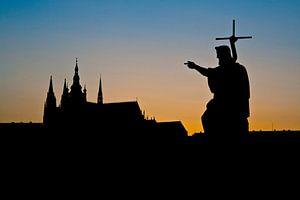Zonsondergang achter de kathedraal van Praag