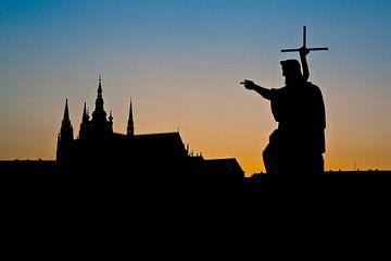 Zonsondergang achter de kathedraal van Praag van