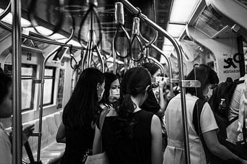 Frauen in der U-Bahn in Bangkok von Bart van Lier